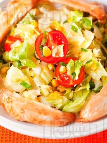 Салата айсберг с пиле, чери домати и царевица - снимка на рецептата